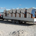 Strandkorbtransport am Strand
