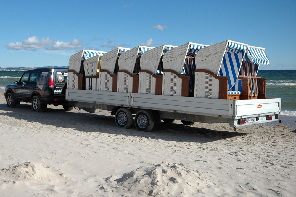 Strandkorbtransport am Strand